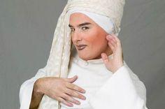 Muere el escritor y activista Shangay Lily a los 53 años. Fue uno de los primeros 'drag queen' españoles, escribió varias novelas y debutó en el cine de la mano de Bardem y Sánchez-Gijón. Emilio de Benito   El País, 2016-04-12 http://cultura.elpais.com/cultura/2016/04/12/actualidad/1460441532_277913.html