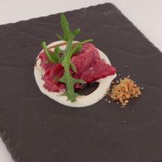 Carpaccio di manzo al ginepro con salsa di pinoli all'acqua e riduzione di birra. Chef Giuliano Baldessarri  http://www.identitagolose.it/sito/it/ricette.php?id_cat=12&id_art=2327&nv_portata=22&nv_chef=&nv_chefid=&nv_congresso=