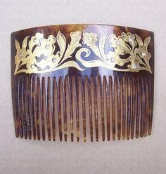 Ein schönen späten viktorianischen Haar-Kamm mit vergoldeten Dekoration und Strasssteinchen Bedingung hinzugefügt: auf der Innenseite markiert 18KT Gold Befestigungspunkten eingelegt. Guter Zustand mit sehr leichte Gebrauchsspuren, Vergoldung, Größe: 3 ins h X 4½ ins w (7.5 x 11 cm) APPROXIMATE Datum: 1890er Jahren – 1900 s Beschreibung: Sie fühlen sich wie die Schönheit der Kugel in dieser wunderbaren Kamm.  Diese attraktive Ornament ist ein zurück Kamm, eine Art von Haar-Zubehör, speziell…