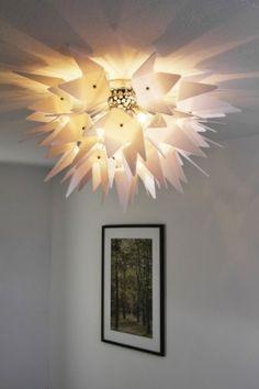 Moderne Deckenlampe mit weissen Dreiecken