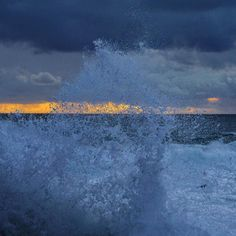 Carpe diem  #Corrubedo #ola #wave #onda #sunset #ocaso #sunsetlovers #anoitecer #luscofusco #anochecer #mar #sea #abstract #abstracto #horizon #horizonte #olladasmiñas #galifornia #galiciacalidade #estaes_espania #estaes_galicia #foto_galicia #GALICIAVISUAL #total_galicia #naturaleza_galicia #loves_galicia #somosgalegos #nofilter #sinfiltro #barpequeno by barpequeno