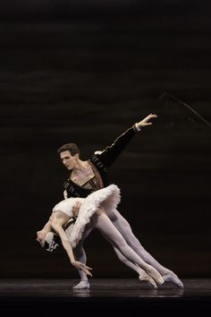 Evan McKie and Svetlana Lunkina in Swan Lake. Photo by Aleksandar Antonijevic.