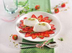 Wir kennen alle Carpaccio als Vorspeise aus der italienischen Küche, sehr dünn geschnittenes Rindfleisch, lecker angemacht. Alleine beim Namen Erdbeer-Carpaccio ist uns natürlich sofort klar, dass wir die Erdbeeren mit einem scharfen Messer schön dünn schneiden müssen. Danach Minzpesto darüber träufeln und ein Nocke Holunderblüten-Mousse in die Mitte setzen. Voilá, ein Traum von einem Dessert, dem