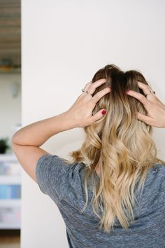 How to Make Your Own Dry Shampoo (and how to use it) #theeverygirl #hair #DIY