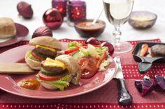 """Jennifer Stahmer (33 jaar) komt uit Californië en maakt voor ons traditionele Amerikaanse hamburgersaus. """"Jullie Nederlanders hebben zoveel sausjes. In Amerika hebben we er maar een paar. Dit is mijn favoriet"""". Recept uit: de Coop Keukentafelgids winter 2013-14. Recept uit: de Coop Keukentafelgids winter 2013-14."""