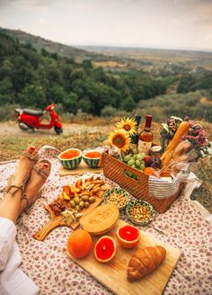 Nadire Atas on Lunch On Vacation Italian Picnic - Classy Girls Wear Pearls Picnic Date Food, Picnic Time, Summer Picnic, Picnic Parties, Dinner Parties, Picnic On The Beach, Beach Picnic Foods, Healthy Picnic Foods, Fall Picnic