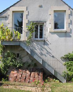 Photo DT57 - ESCA'DROIT® avec Palier d'Arrivée. Escalier droit d'extérieur en acier galvanisé au style rétro parfait pour une maison de campagne ou une maison de caractère. Marches en tôle larmée antidérapante. Limons en tôle pliée formant poutre en 'U'. Rampe style 'bistrot' à l'ancienne avec barreaudage y compris un astragale décoratif par barreau. Mode d'assemblage : visserie. Finition : galvanisation à chaud - Option thermolaquage possible. - © Photo : Escaliers Décors®