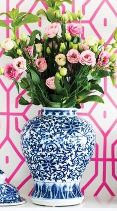 I collect blue and white ceramics. Apart from their colour and varying shapes, I love decorating with blue and white ceramics. Here are some of my ideas. Blue And White China, Blue China, Love Blue, Home Design, Kitsch, Chinoiserie Chic, Chinoiserie Wallpaper, Ginger Jars, White Decor