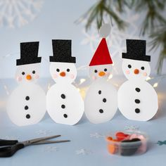 Creative and Fun DIY Snowman Decorations DIY If you're a novice at creating snowmen, then you're going to want to consider the fun DIY snowman ideas that are available. Before you get started, yo. Diy Snowman Decorations, Easy Christmas Decorations, Christmas Baubles, Clay Pot Crafts, Diy Clay, Craft Stick Crafts, Reindeer Craft, Snowman Crafts, Japanese Christmas
