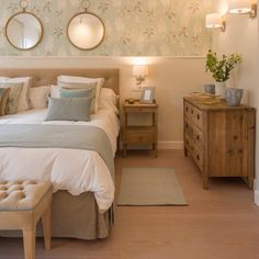 modern and simple bedroom design ideas Small Room Bedroom, Home Decor Bedroom, Bedroom Mirrors, Bedroom Ideas, Living Room Wallpaper Beige, Suites, Luxurious Bedrooms, Luxury Bedrooms, Master Bedrooms