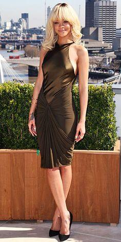 RIHANNA    Rihanna debuta en el cine con la película Battleship. Para asistir a un encuentro con la prensa en Londres, la intérprete eligió un vestido color verde olivo, que forma parte de la colección Pre-Otoño 2012 de Alexander Wang, y stilettos negros de Christian Louboutin.