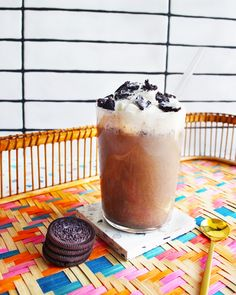 Cookies and cream frappés! Blend up Little's vanilla flavoured coffee with ice, milk and 3-4 Oreos. If you're feeling fancy, we recommend adding a glug of Bailey's or Kahlúa 😏 It is still the weekend after all. Top with whipped cream and extra cookies for the ultimate treat. #cookiesandcream #frappe #baileys #kahlua #blendedcoffee #icedcoffee Flavoured Coffee, Ice Milk, Little's Coffee, Instant Coffee, Blended Coffee, Frappe, Vanilla Flavoring, Oreos, Baileys