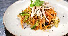 Kycklingwok med äggnudlar och sichuanpeppar Wok, Japchae, Tapas, Ethnic Recipes, Bang Bang, Corner, Woks
