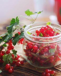 Ягодное безумство)) прямо сейчас у меня в холодильнике: красная смородина, малина, крыжовник, ирга,…