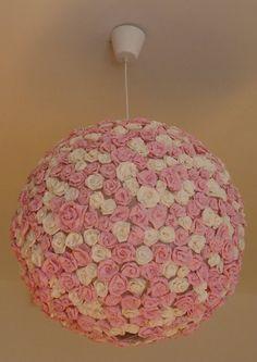 Originele lamp gemaakt van lamp Regolit van Ikea, lijm en papieren bloemen
