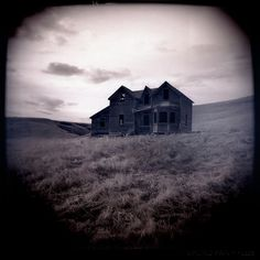 Beautiful phot of an old abandoned house.