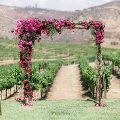 Os arcos florais combinam com diversos tipos de cerimônias de casamento, se tornando verdadeira peça central de decoração nessa parte do evento. Adicionando cor e estrutura principalmente em locais grandes e abertos, eles são perfeitos para as mais belas fotos.