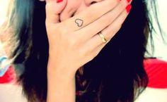 Tattoo de coração no dedo, linda!