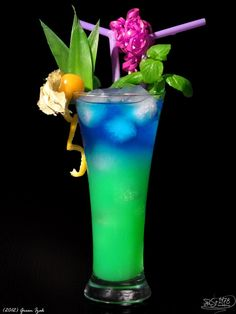 Green Isac Vodka Curacao blue Pineapple juice Ice Fill glass with ice. Pour vodka and pineapple juice, and finally carefully refill curacao. Cocktail Fruit, Cocktail Recipes, Margarita Recipes, Refreshing Drinks, Summer Drinks, Vodka And Pineapple Juice, Vodka Blue, Lime Juice, Cocktail