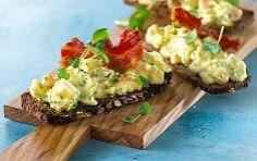Æggesalat med karry og hytteost  Dejlig æggesalat, som også smager godt i en sandwich til madpakken.