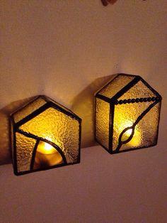 ステンドグラスのおうちの形の小さなランプ置いても壁にかけても使えます。LEDライト付き。ただいま在庫切れのため、受注してからの製作となります。お色、形などでき... ハンドメイド、手作り、手仕事品の通販・販売・購入ならCreema。