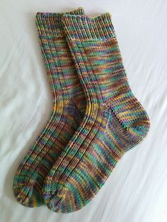 Knitted Socks Free Pattern, Fair Isle Knitting Patterns, Crochet Socks, Knitted Slippers, Crochet Granny, Knit Socks, Summer Knitting, Knitting Socks, Baby Knitting
