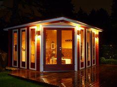 Selbst wenn es regnet: In diesem schwedenroten 5-Eck-Gartenhaus mit dezenter Außenbeleuchtung kann man wunderbare Abende verbringen. Die Holterrasse lädt außerdem zum Genießen ein.