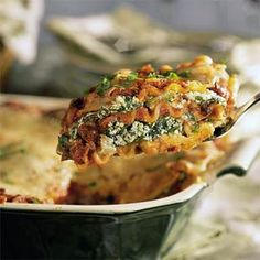 Start the new year off right with this delicious and healthy Chicken and Spinach Lasagna Recipe from Weight Watchers. It's loaded with fiber, protein and tons of vitamins and minerals, so not only is it low in Points, but it's really good for you too! Black Bean Lasagna Recipe, Best Lasagna Recipe, Lasagna Recipes, Pasta Recipes, Dishes Recipes, Vegetarian Pasta Dishes, Vegetarian Recipes, Cooking Recipes, Healthy Recipes