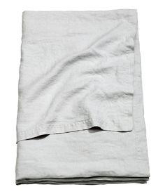 Kolla in det här! PREMIUM QUALITY. Ett enkelt överkast i tvättat linne med dubbelstickad kantsöm. Torktumla gärna för att behålla mjukheten i linnet. - Besök hm.com för ännu fler favoriter.