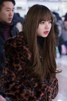 180124 Lisa at Gimpo Airport. Blackpink Lisa, Jennie Lisa, Brown Hair Korean, Hair Korean Style, New Hair, Your Hair, K Pop, Jenny Kim, Black Pink Kpop
