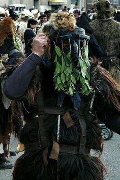 Austis : Sos Colonganus ,maschera di sughero,rami di corbezzolo e pelli di volpe e martora.