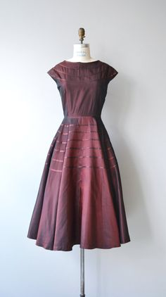 Vintage 1950s changeable taffeta - garnet and purple woven taffeta party dress with cap sleeves, ribbon-like trim, fitted waist and metal side zipper. --- M E A S U R E M E N T S --- fits like: medium bust: 40-42 waist: 28 hip: free length: 48 brand/maker: n/a condition: excellent ✩ layaway is available for this item To ensure a good fit, please read the sizing guide: http://www.etsy.com/shop/DearGolden/policy ✩ more vintage dresses ✩ http://www...