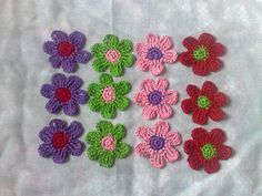 12 bunte Häkelblumen in den Farben grün, lila, rosa und rot