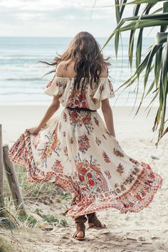 The ultimate flowing full bodied skirt, the castaway is now a classic in our Spell repertoire. In the dreamiest pearl with splashes of vibrant colour, our Hotel Paradiso castaway flutters in the wind and flatters any figure. Effortlessly pairs with a luxe white blouse or cami, or add some grunge with a vintage rocker tee and boots.   Size & Fit Details Care Delivery & Returns   Model is 178cm and is wearing a size S Waist - XS: 56cm   S: 61cm   M: 66cm   L: 71cm Front Length - XS: 61...