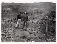 Sres. Carlos y Luis Santolalla en la cancha de pallaqueo de la mina El Sinchao, en Hualgayoc - Perú.