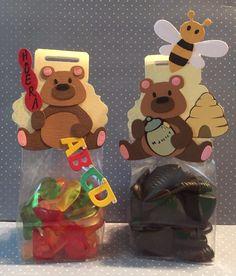 Snoepzakjes gemaakt! Één met honingdrop en één met lettersnoepjes.
