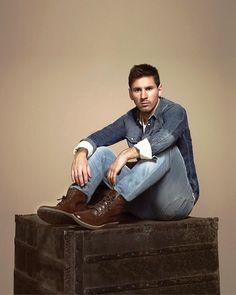 Leo Lindo Messi : Ol amigos,  Leo continua fazendo sesses de recuperao para tentar chegar bem para o jogo de domingo, por enquanto a previso mais otimista,  que ele atue por 45 minutos, vamos aguardar.  Bjs | yolepink