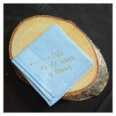"""Pañuelo de tela con frase """"Éste, es de usar y lavar"""". Preparados en estuches individuales con los nombres y fecha del evento."""