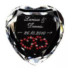 Seit Jahrhunderten steht es für die Liebe – das Herz. Beweise nun auch du deinem Partner deine Liebe. Mit dem Kristallherzen, verziert mit echten Swarovskisteinen. via: www.monsterzeug.de