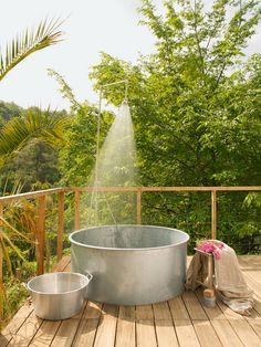 douche à l'extérieur dans un bac rond en zinc sur une terrasse en bois été summer shower outdoor