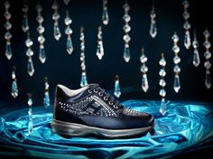 A cascade of luminescent crystals recalling the glow and rhythm of the rain on a romantic night. In dark blue satin, this shoe is characterised by Swarovski crystal baguettes applied by hand. A precious jewel that shines in the night.