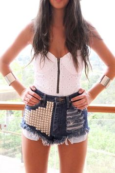 love the way this looks. I need a pair of studded shorts. Studded Shorts, Studded Denim, Diy Shorts, Sabo Skirt, Favim, Rock, Spring Summer Fashion, Summer Chic, Passion For Fashion