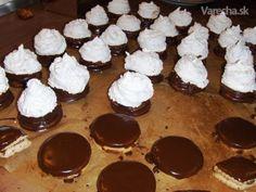 Tieto kokosky sú u nás mimoriadne obľúbené. Christmas Goodies, Christmas Baking, Thing 1, No Bake Cake, Food Hacks, Muffin, Pudding, Cookies, Breakfast