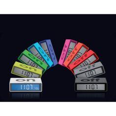 """Flip est un petit réveil à deux faces. Quand """"On"""" est vers le haut, l'alarme est branchée et affichera l'heure sur la gauche et l'heure de réveil sur la droite. Lorsque """"OFF"""" est vers le haut, l'alarme est désactivée et le réveil n'affiche que l'heure. Il suffit d'effleurer la face supérieure pour déclencher la lumière ou la fonction Snooze (répétition de l'alarme)."""