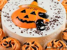 Halloween Party Ideas Thinking of throwing a Halloween bash this year? We have some fantastic party ideas to make your event one to remember Halloween Birthday Cakes, Fröhliches Halloween, Halloween Treats, Birthday Cake Decorating, Cake Decorating Supplies, Cake Decorating Tutorials, Decorating Ideas, Sheet Cake Designs, Fondant Cake Designs