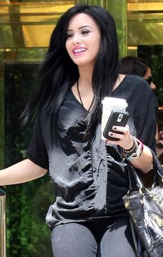 Demi rocks the dark hue. Personally I like it much better than the blonde