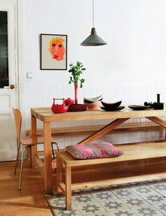 Designed by Florence Lopez, the Paris loft has a modernist design that features the most dazzling vintage furniture. Specialized in top-drawer modernist design, Florence Lope Kitchen Benches, Dining Room Inspiration, Blog Deco, A Table, Dinning Table, Dining Bench, Decoration, Vintage Furniture, Home And Living
