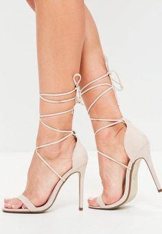 Ces sandales sont une pièce incontournable de la nouvelle saison. Leur matière douce et leurs lacets sexy à enrouler autour de la cheville ou de la jambe donneront la touche finale à toutes vos tenues de soirée. Et avec leurs coussinet...