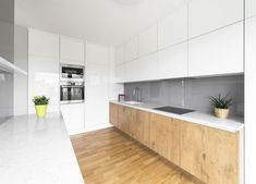 Trendy kuchyň 2020: Digestoř pod sporákem a návrat stěn Kitchen Cabinets, Outdoor Decor, Table, Trendy, Furniture, Home Decor, Decoration Home, Room Decor, Cabinets