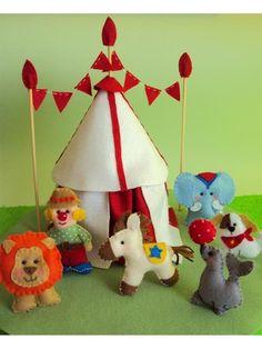 Topo para caixa de bolo, confeccionado em feltro e totalmente costurado à mão. Circo composto por: tenda de circo, palhaço, leão, cavalinho, foca, elefante, cachorrinho e base em feltro. Medidas aproximadas: 33 cm de diâmetro x 24 cm de altura. Posso personalizar a sua encomenda com outros temas e personagens. Consulte orçamento por e-mail. Será um prazer atender você! vanessabiali@yahoo.com.br